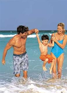 Родители в отпуске с ребенком